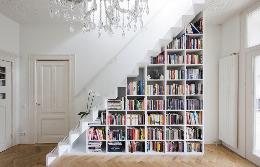 Escaleras con librería debajo