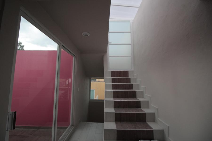 Escaleras con vista a terraza