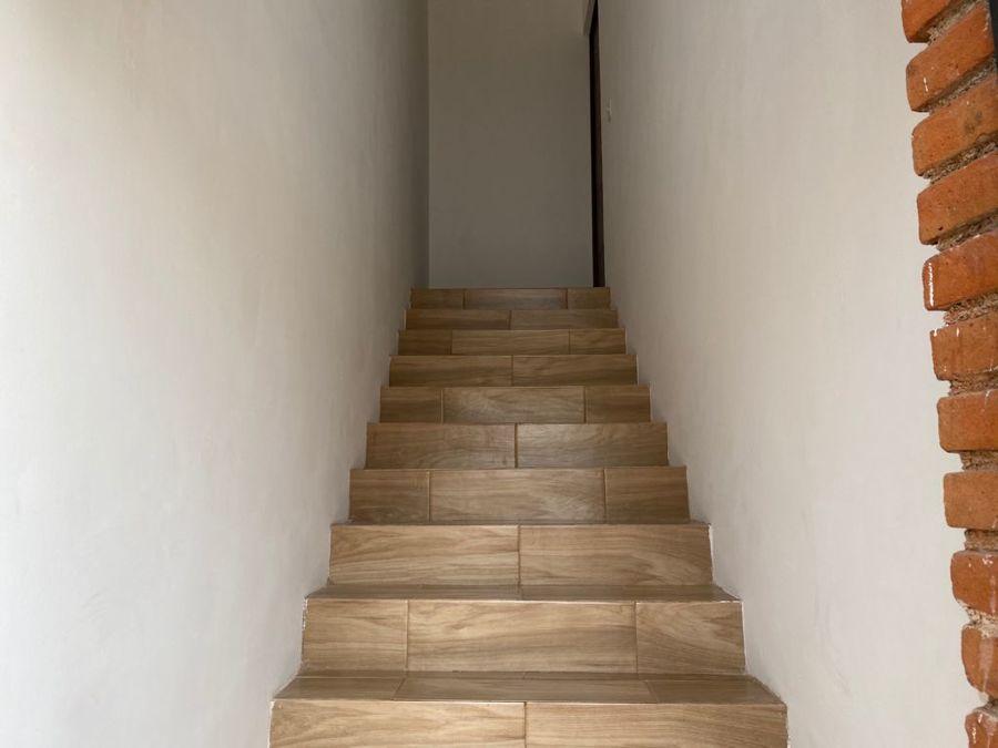 escaleras de acceso a local planta alta