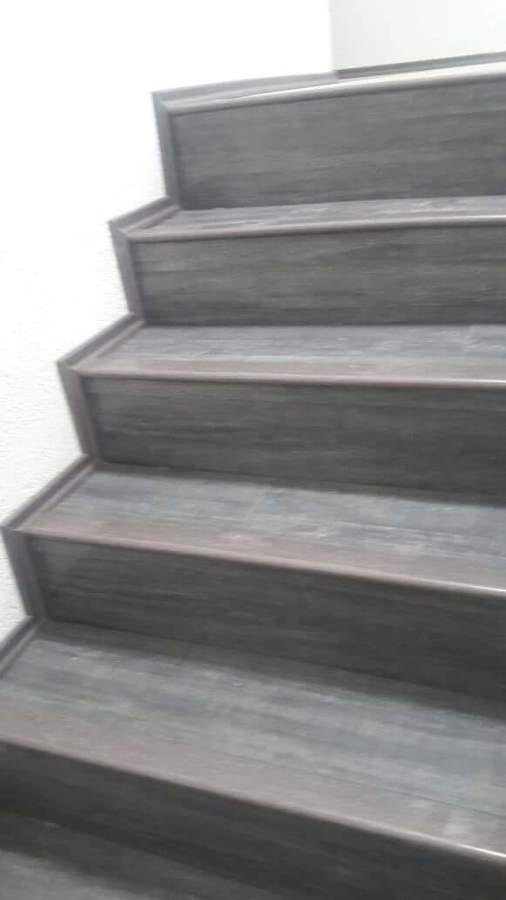 Foto escaleras de piso laminado de dsm 225762 habitissimo for Escalera caracol 2 pisos
