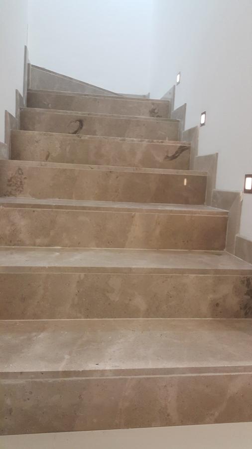 Escalones y zoclo en marmol con lamparas a un costado