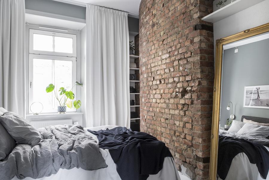 Clóset con repisas oculto tras la cortina