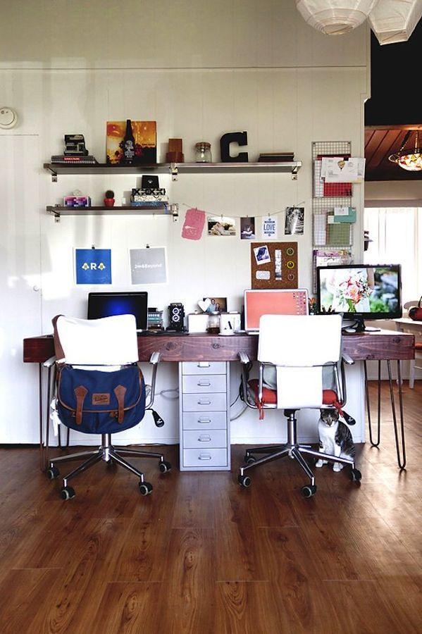 Zona de trabajo con escritorio, repisas y piso de madera