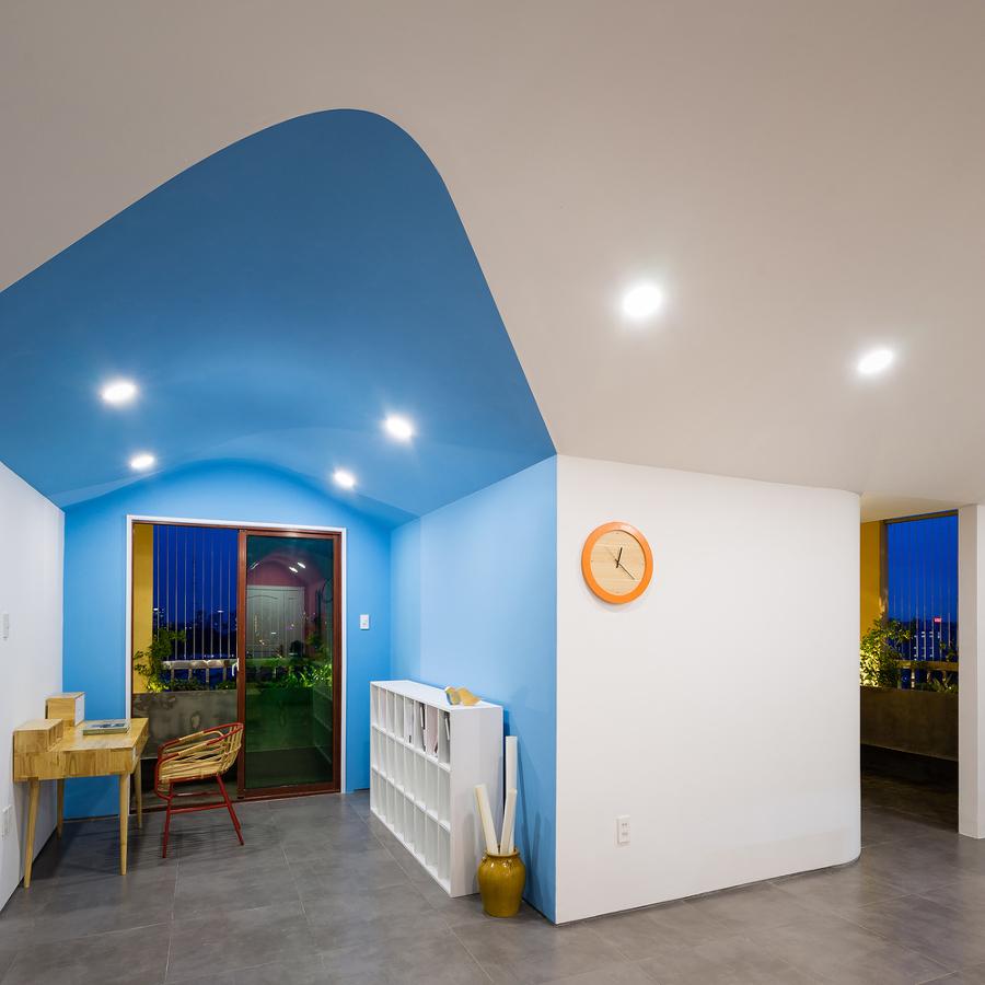 Escritorio iluminado con paredes y techo en color azul