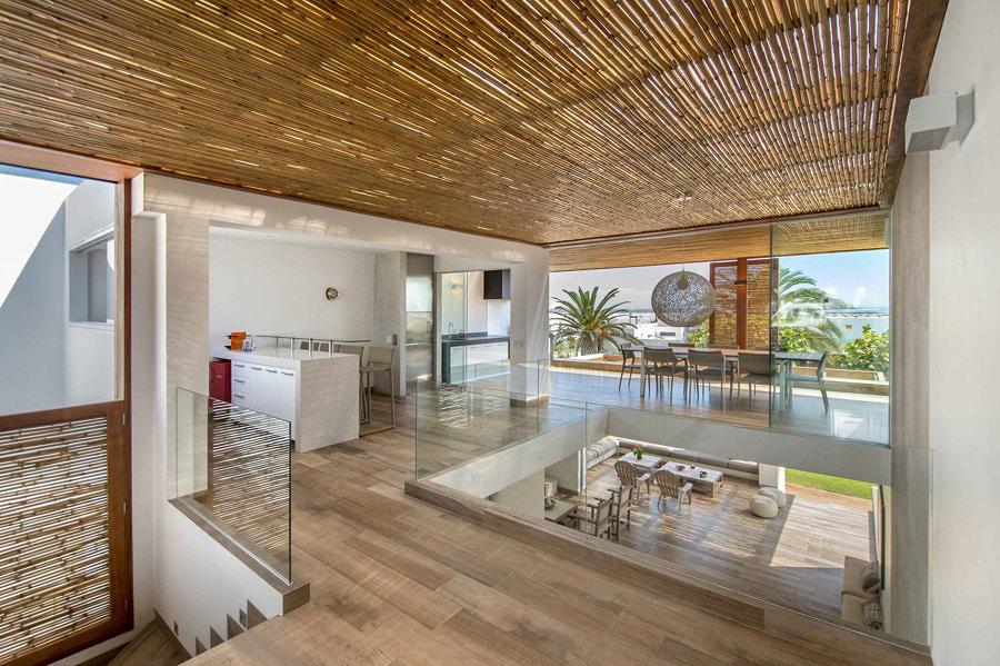 Casa con espacio abierto y techo de bambú