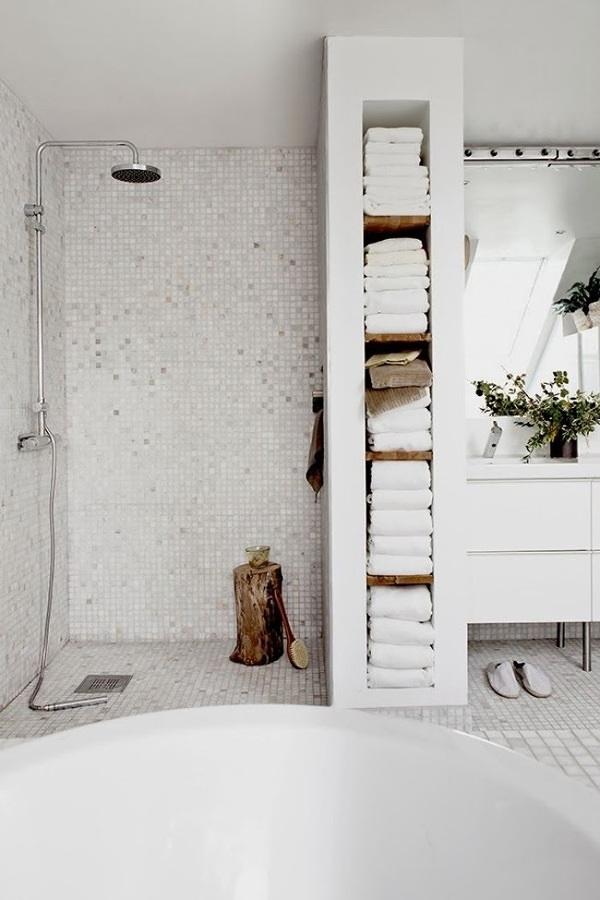 Baño con estantería de tablaroca