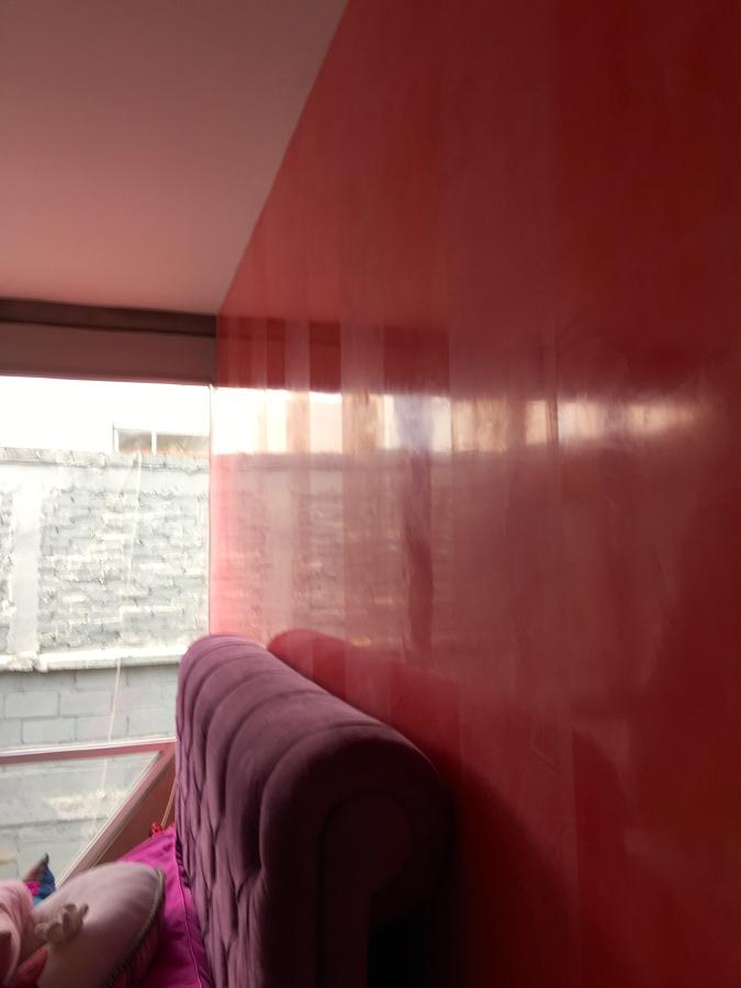 Estuco a dos niveles de brillo en rayas verticales