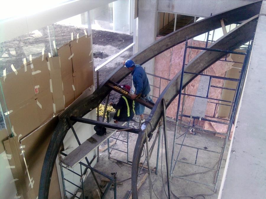 Foto fabricaci n de escalera base de alfardas met licas for Imagenes de escaleras metalicas