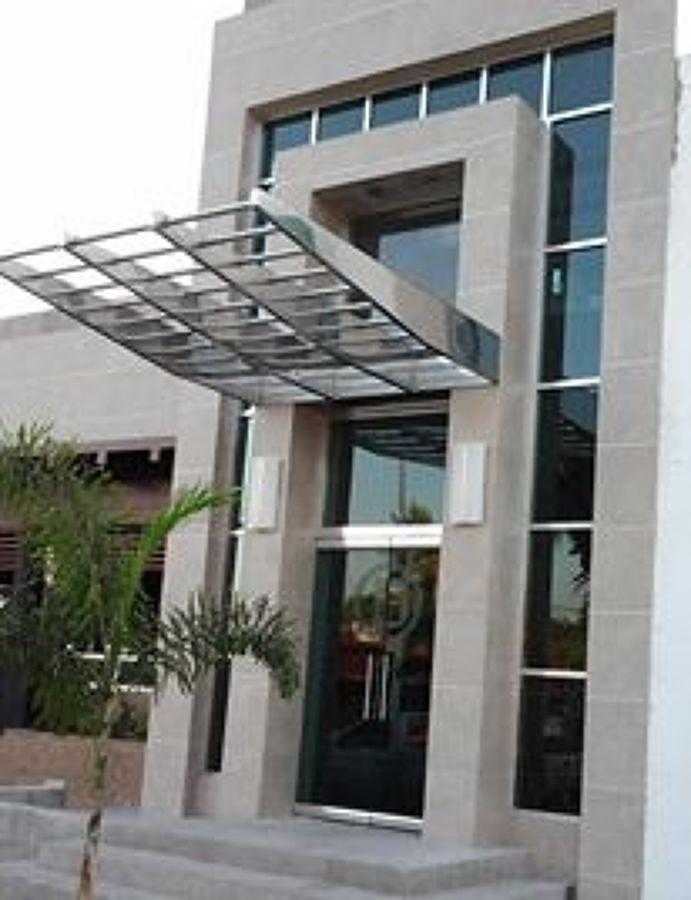 Foto fachada de aluminio brillante y cristal templado de for Fachada aluminio