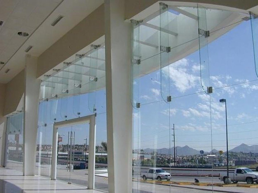 FACHADA E CRISTAL TINTEX CON ARAÑAS DE INOX.