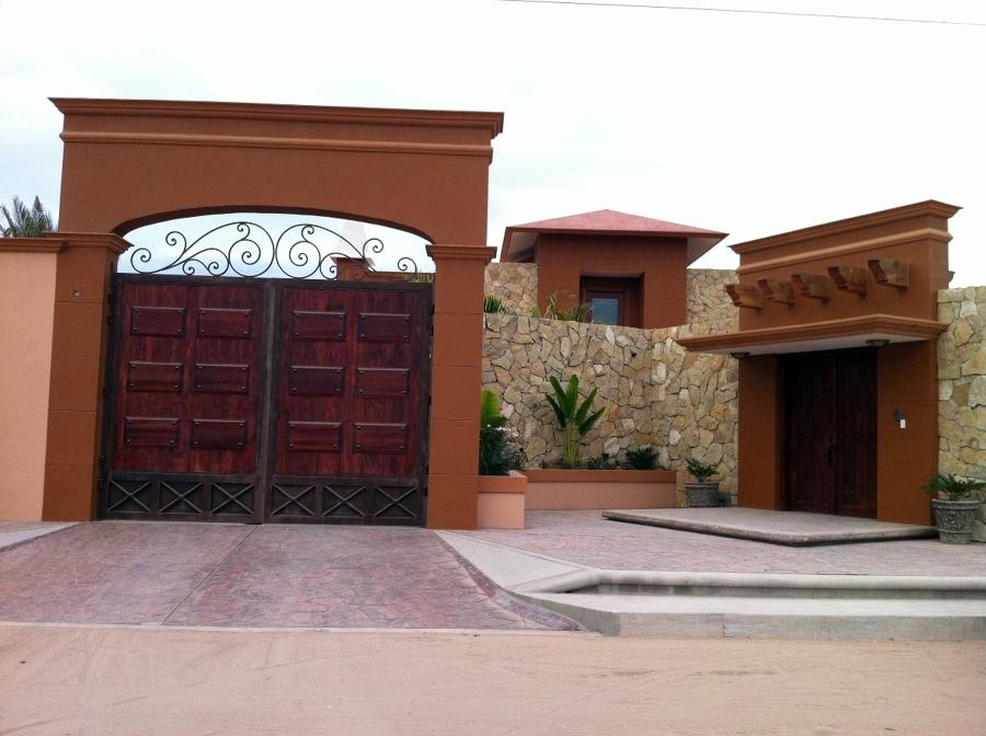 Foto fachada principal accesos de arq ulises coronado for Fachada de casas modernas con porton