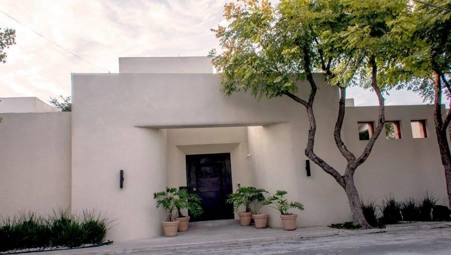 Fachada principal de la residencia