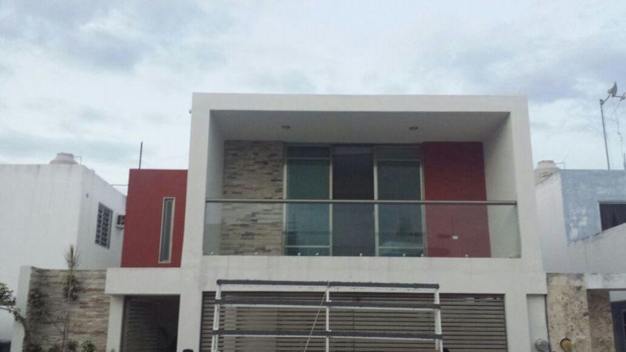 Foto fachada remodelada de aluminios y vidrios moreno for Remodelacion de casas pequenas fotos
