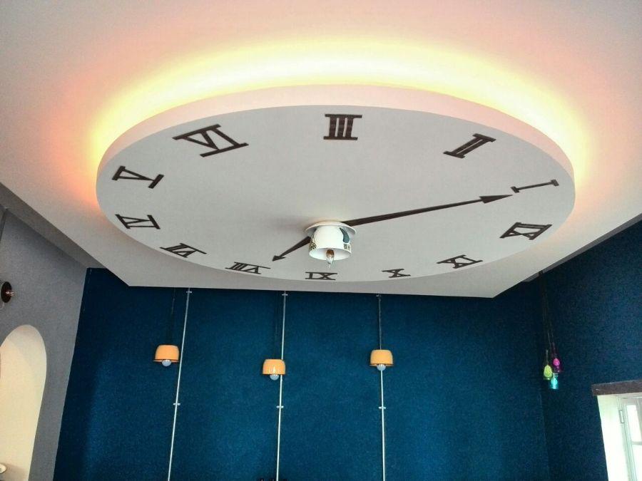 Foto falso plaf n de tablaroca con dise o de un reloj de for Plafones para pared interior