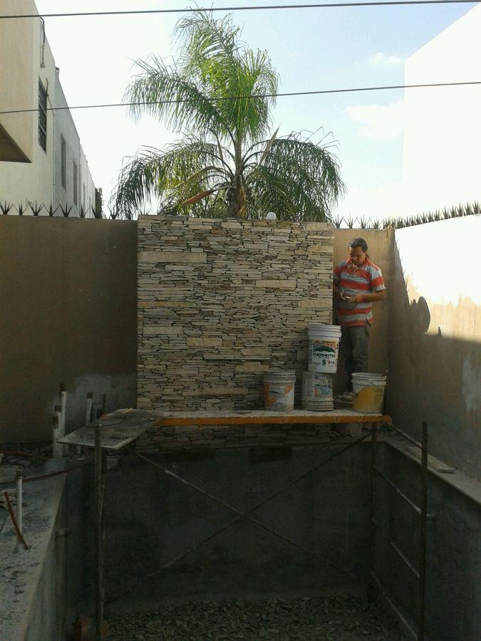 Forrado de piedra laja en muro cascada