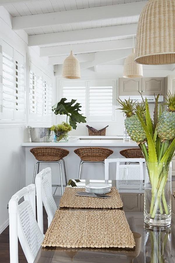 Cocina remodelada con elementos naturales y color blanco
