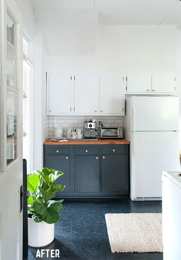 Cocina remodelada con alacenas blancas y detalles en color negro