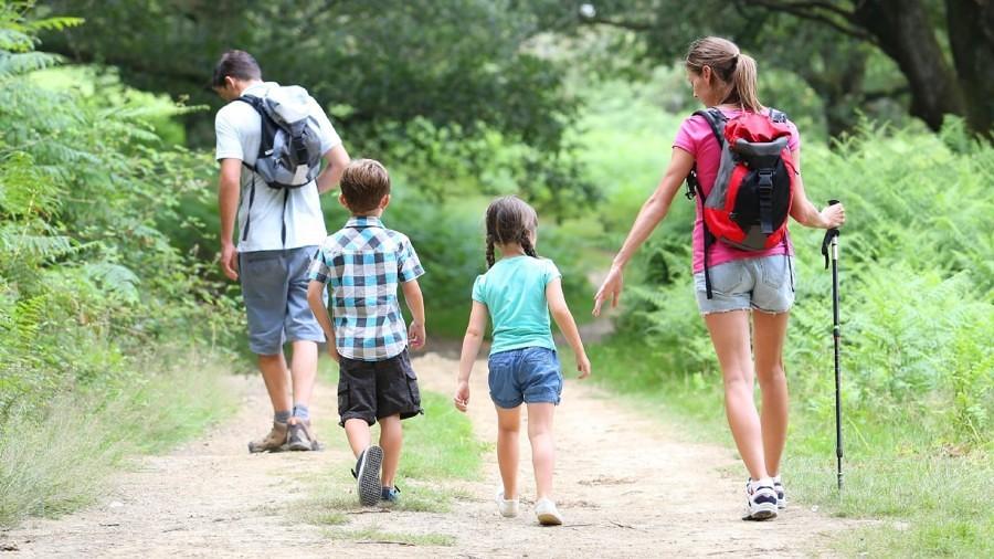 Familia practicando senderismo