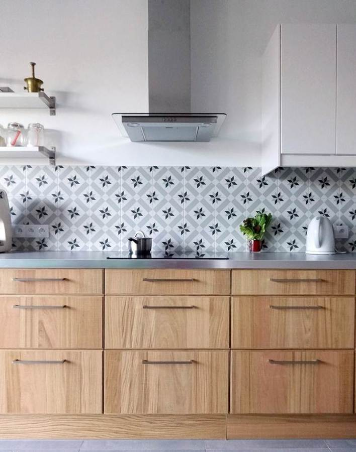 Foto cocina con revestimiento de azulejos hidr ulicos for Revestimiento de cocina con porcelanato