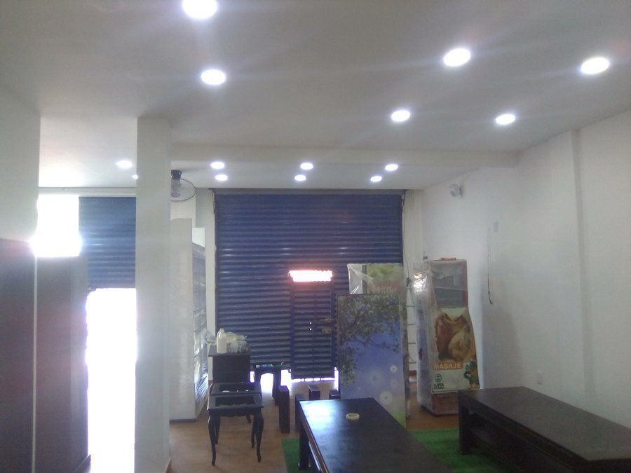 Iluminación del espacio de recepción y quiropráctica.