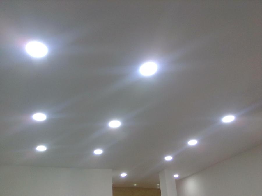 Iluminación desde el techo con lámparas LED spot.