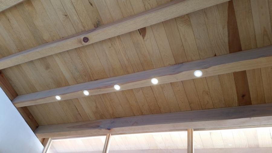Iluminación empotrada en vigas de madera
