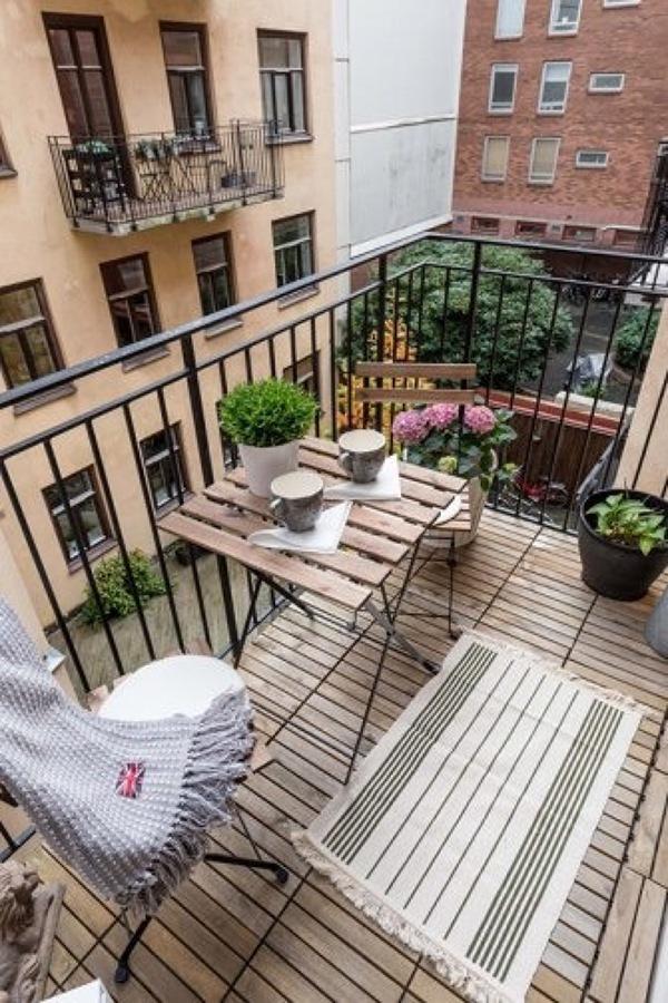 Terraza de departamento con piso de madera