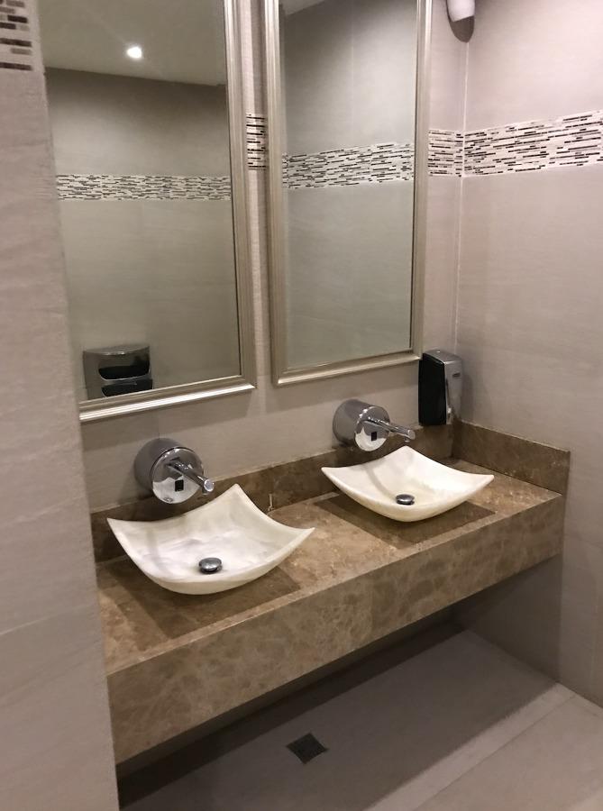 Instalacion de muebles sanitarios dentro del centro comercial