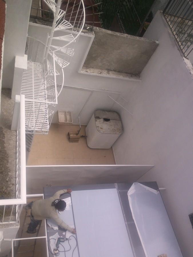 Foto instalaci n de puerta divisora piso y techo de - Puertas de piso a techo ...