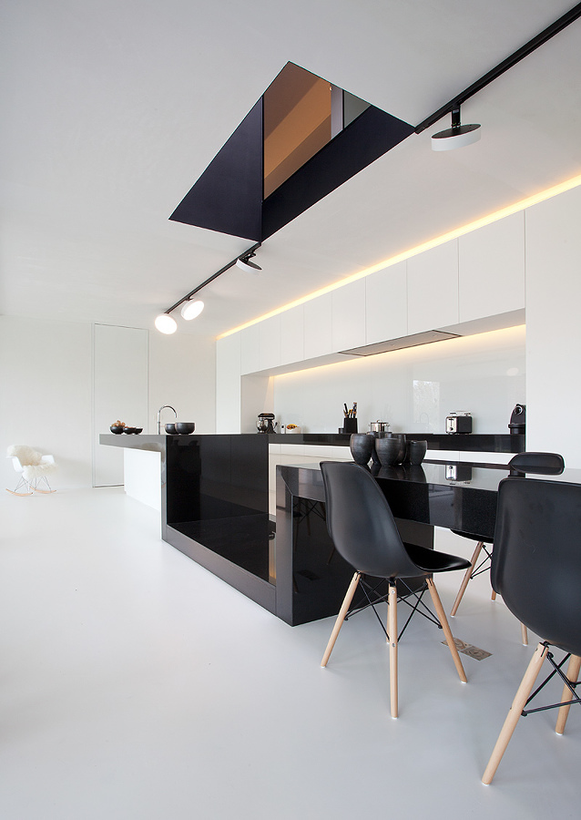 Espacio minimalista con piso de resina epóxica