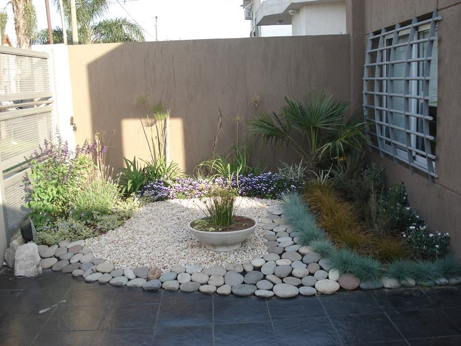 foto jardin con piedra bola de rio de jardineria garces