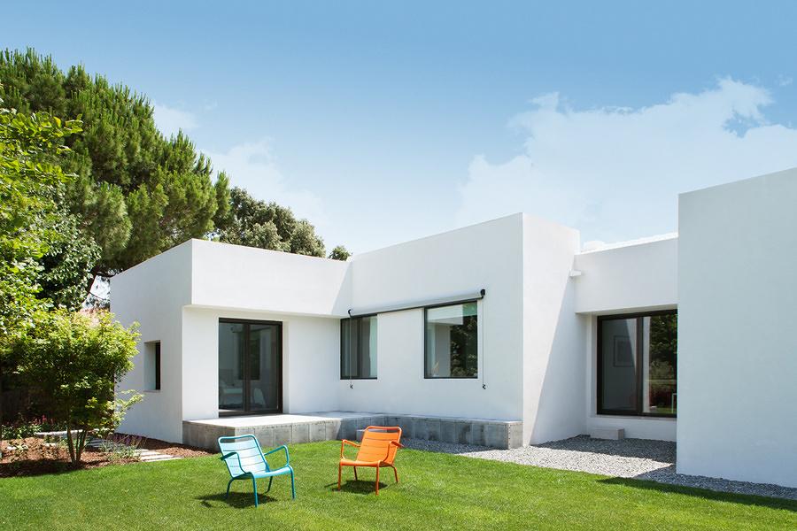 Casa blanca con jardín exterior