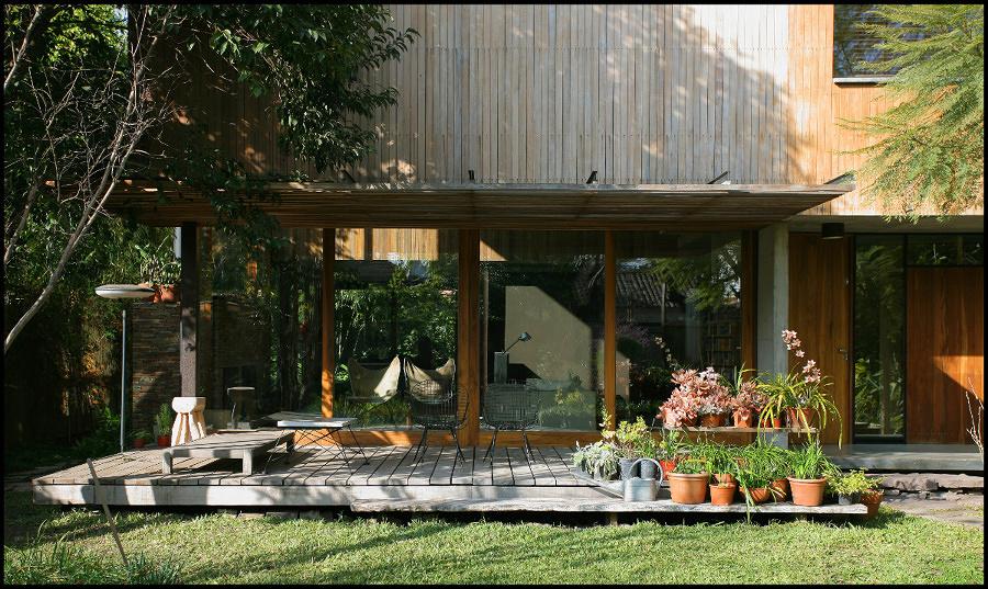 Jardín exterior con plantas