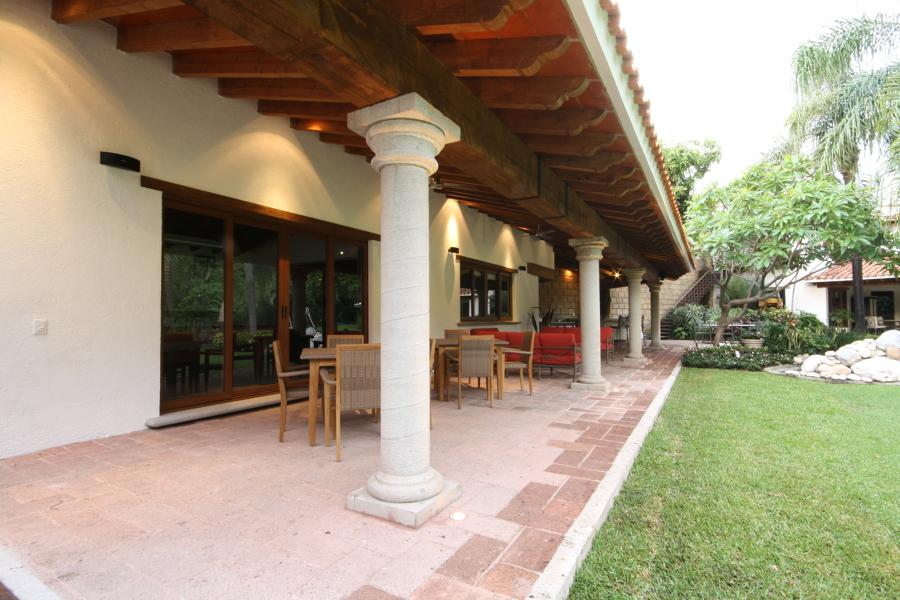 La terraza y jardín en vista de día