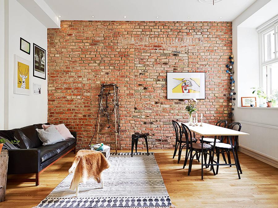 sala con pared de ladrillo