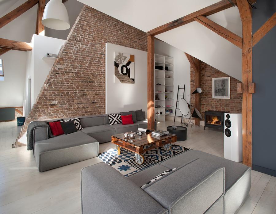 Sala con paredes de ladrillo visto