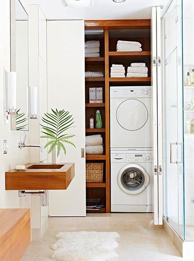 Lavadora y secadora ocultas en el baño