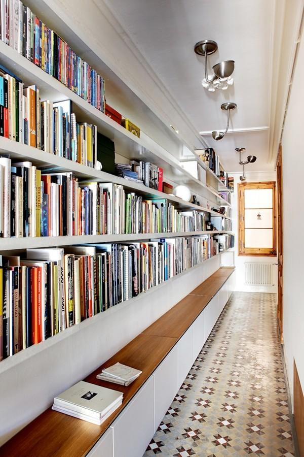 Librero largo a la medida en el pasillo