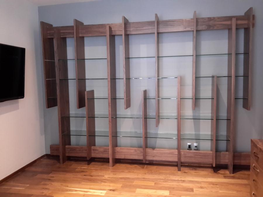 Librero de madera de nogal y cristal