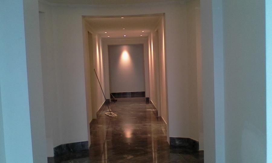 Foto limpieza de paredes y piso de marmol pasillo que va for Limpieza de marmol