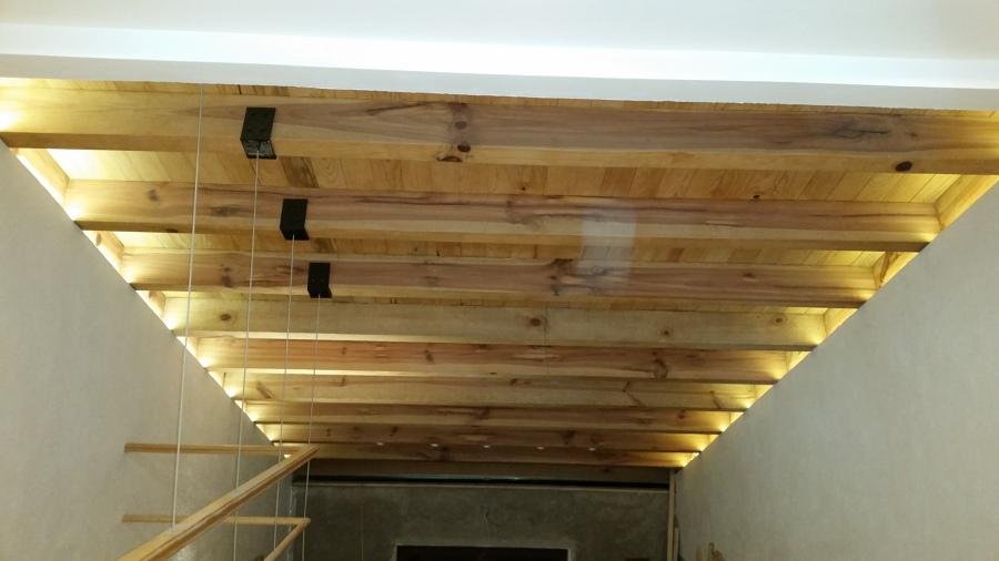 Loft con iluminación indirecta de leds, vigas y duela naturales