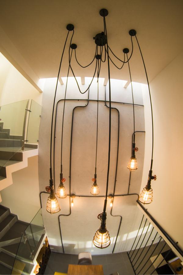 Luminaria y muro con tuberías expuestas