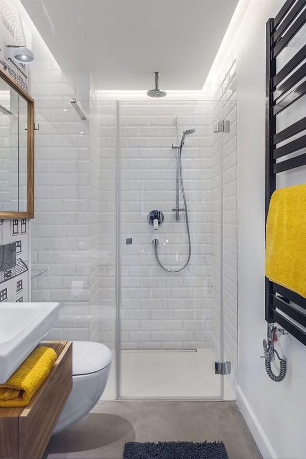 Baño con regadera y luz indirecta