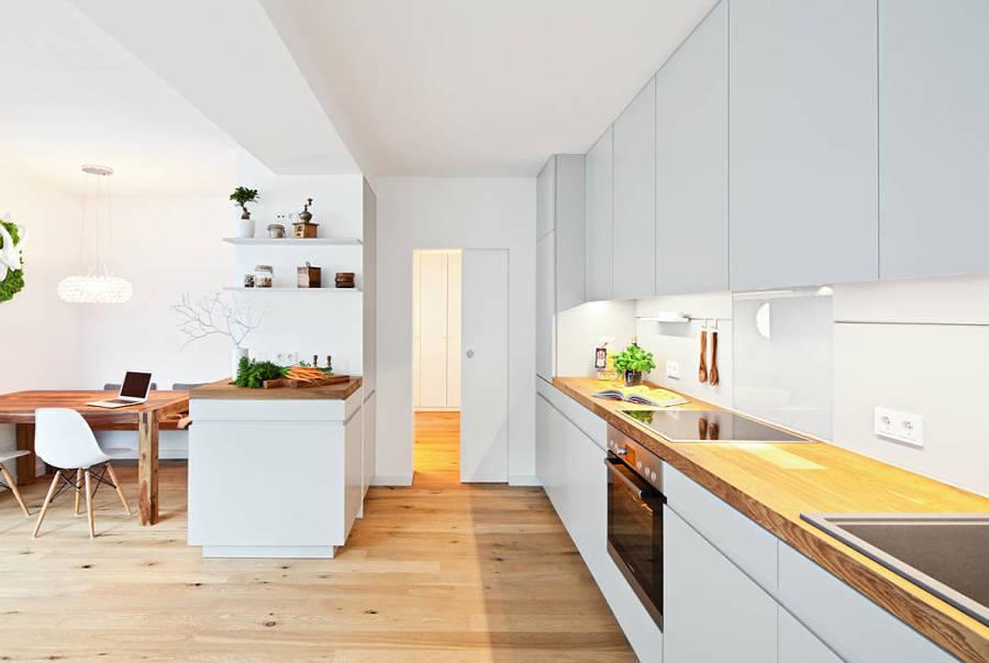 cocina blanca y madera natural