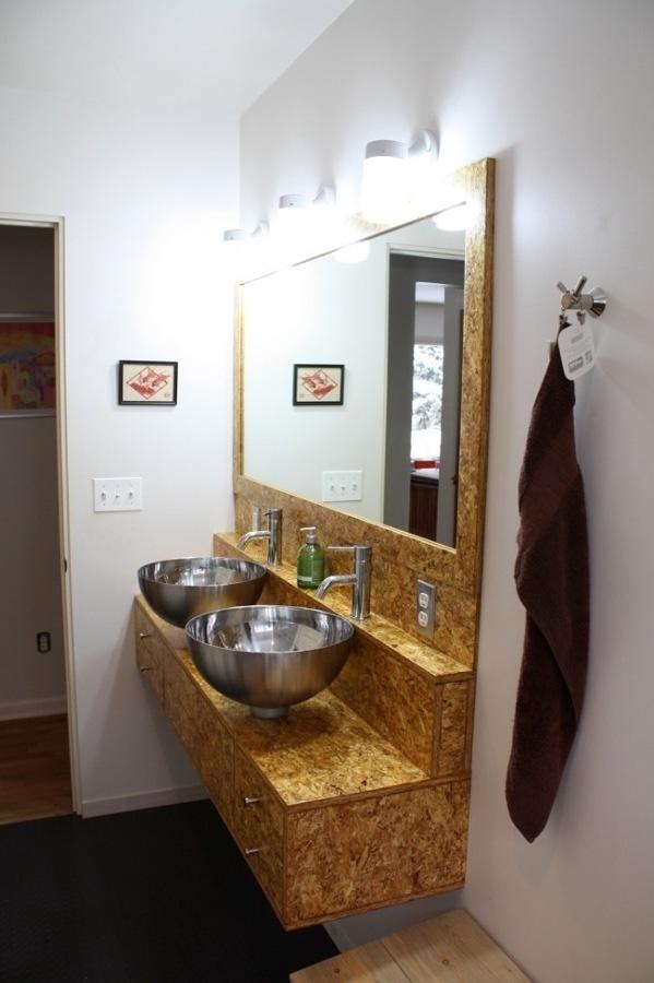 Baño con tableros de madera OSB