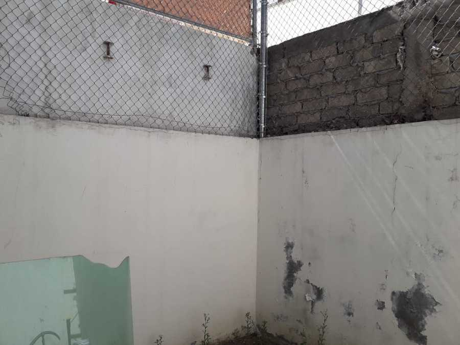 Malla Dañada por bardas de vecinos.