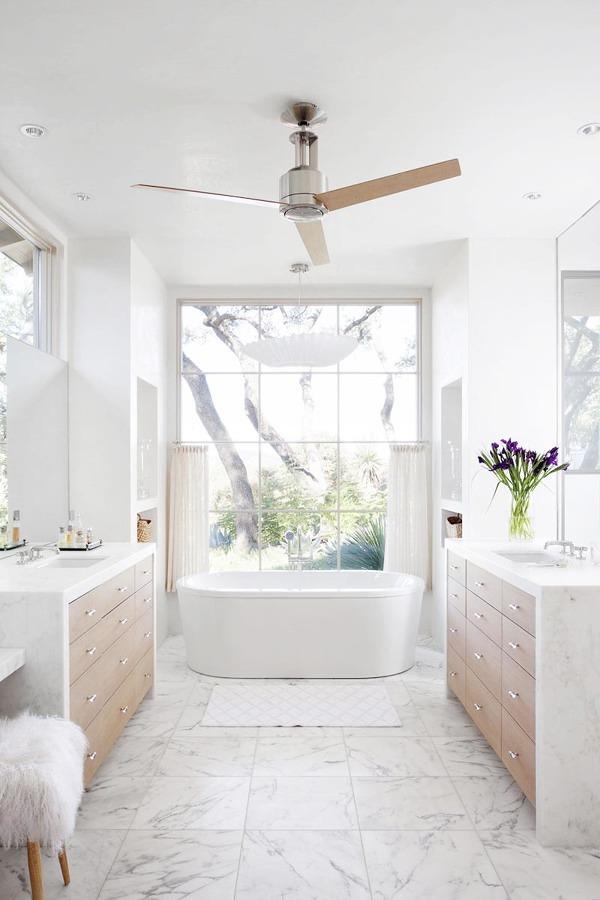 Baño con ventanas grandes