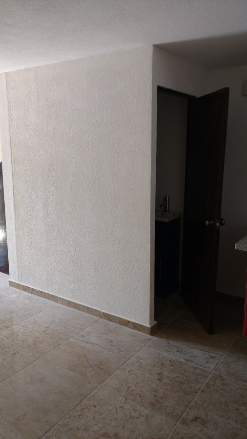 Foto medio ba o bajo escaleras de ibarra construcci n y for Medio bano bajo escalera