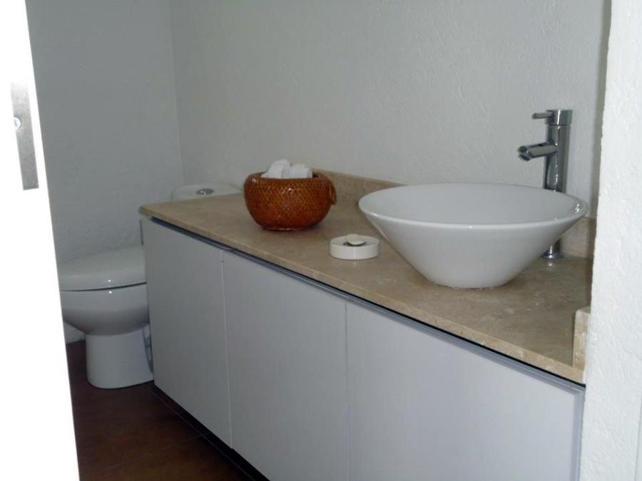 Medio Baño Minimalista:Medio baño de planta baja