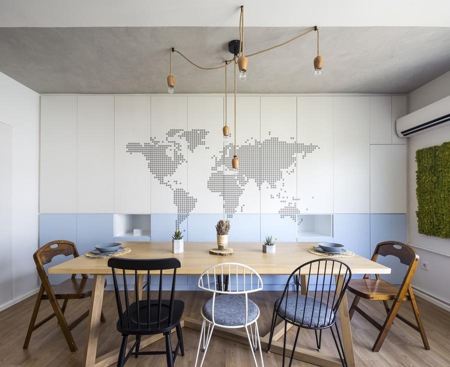 Comedor con decoración de mapa del mundo en la pared